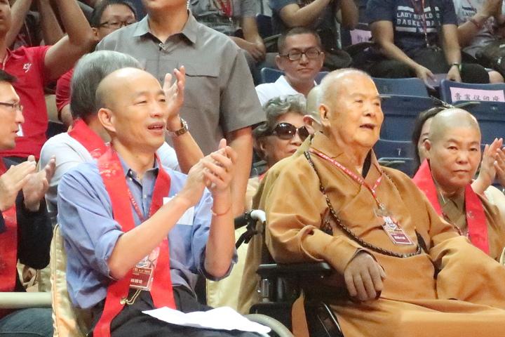 星雲大師(右)與高雄市長韓國瑜(左),出席佛光盃籃球賽開幕。記者徐如宜/攝影