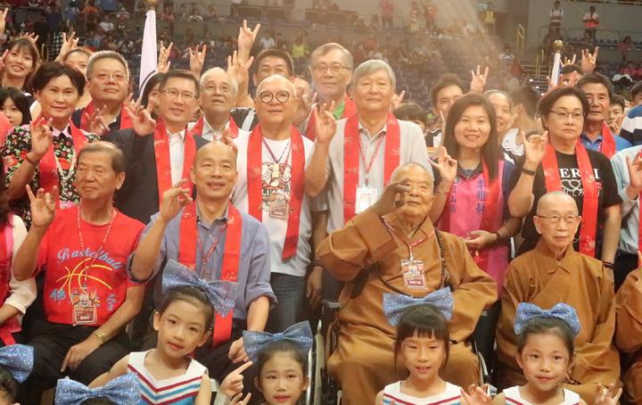 星雲大師(中右二)與高雄市長韓國瑜(中左二),出席佛光盃籃球賽開幕。記者徐如宜/攝影