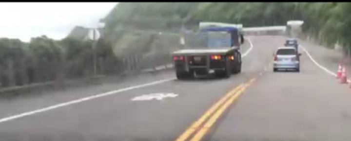 昨日下午瑞芳警分局交通分隊執行巡邏勤務時,發現一台大型拖板車不斷以閃燈逼迫前車讓道,惡行全都錄,警方當場開罰6千元以上、2萬4千元以下罰單。圖/瑞芳警分局提供