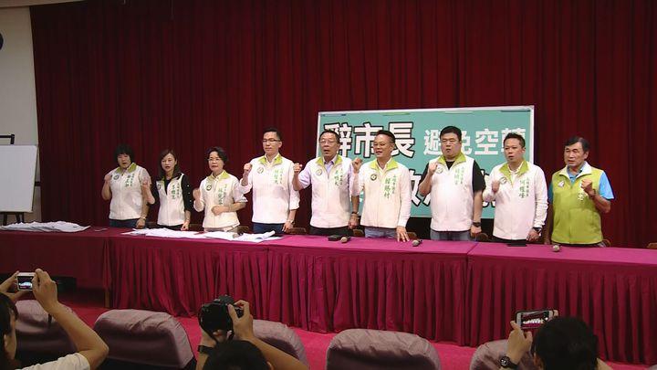 民進黨高雄市議會黨團召開記者會,表示高雄不要政治跳蚤,要求韓國瑜辭掉市長參選總統。記者謝育炘/攝影