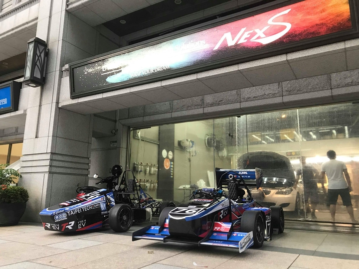台北科技大學一群熱愛賽車的學生,聯手打造台灣第一款使用碳纖維單體座艙(Monocoque)的學生賽車,他們8月27日將赴日參加國際學生方程式賽車大賽(FSAE)。圖/團隊提供
