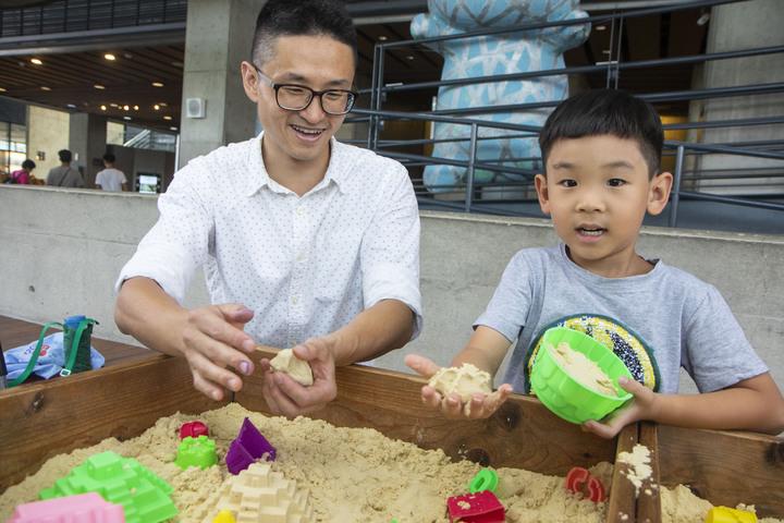 新北鶯歌陶瓷博物館的夏日泥巴藝術季今正式開幕,不僅有8件泥土製成的藝術品供拍照打卡成網美,還有泥漿彩繪、動力沙、泥塑大賽,是家長趁著暑假帶領孩子遊玩的好去處。記者王敏旭/攝影