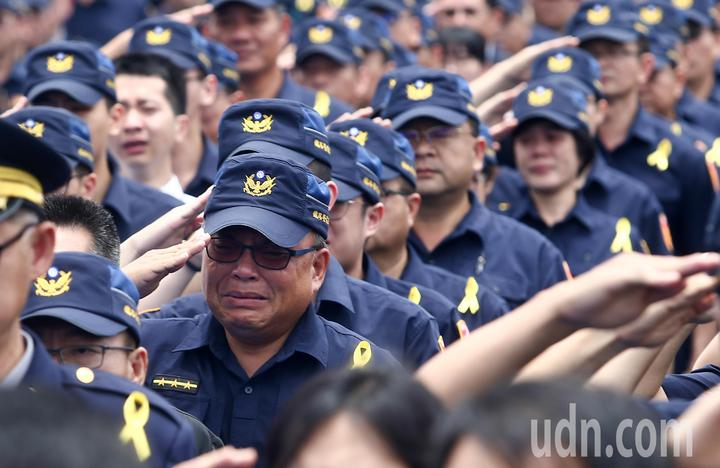 上百名員警列隊,李承翰的靈柩上棺木時,全體同事列隊敬禮,大喊「承翰任務結束了」,不少人都紅了眼眶。記者黃仲裕/攝影