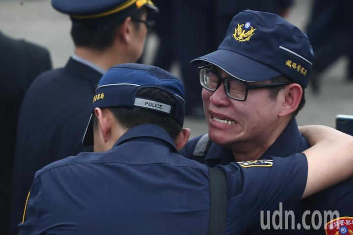 鐵路警察李承翰移靈,同袍弟兄不捨抱頭痛哭。記者黃仲裕/攝影