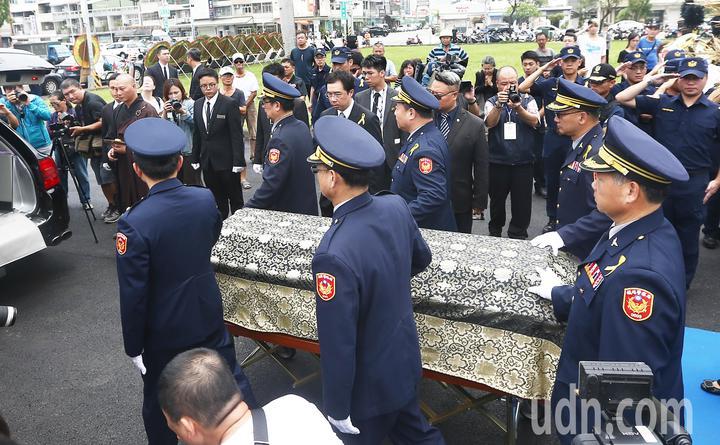 李承翰公祭結束,鐵警局警官扶棺,陪同家屬移靈。記者黃仲裕/攝影