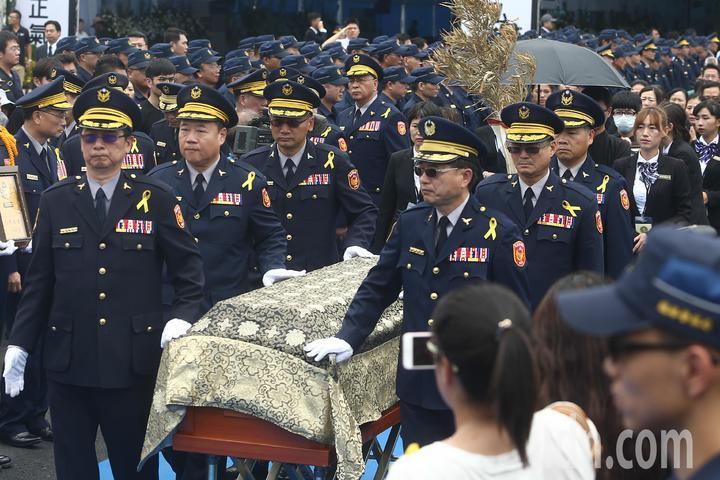 鐵路警察局警官陪同家屬將棺木移靈。記者黃仲裕/攝影