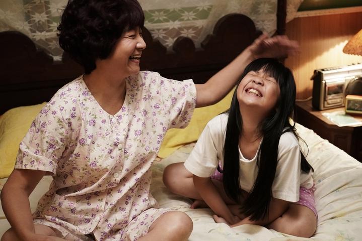 楊麗音(左)、吳以涵演出「俗女養成記」互動超可愛。圖/華視提供