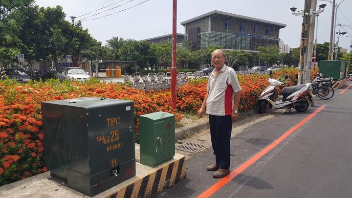 苗栗縣游姓竹南鎮民在竹南火車站外的維新路,被頭份警方逕行告發違停,但罰單、違規照片記載的地點分別是頭份、竹南,且頭份警察到竹南開單,讓他不以為然。記者胡蓬生/攝影