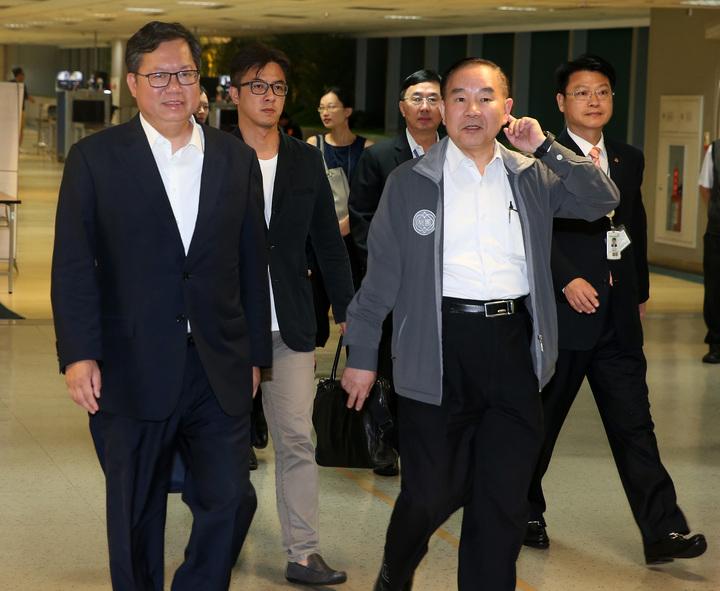 桃園市長鄭文燦(左)結束11天訪美行程,17日清晨搭乘長榮航空公司班機返抵桃園機場。記者陳嘉寧/攝影
