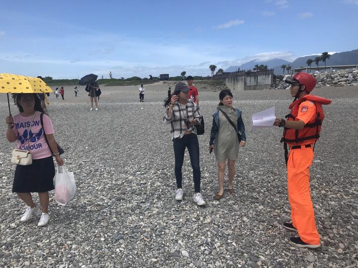 第一二岸巡隊人員今早到七星潭海邊柔性勸離遊客。圖/第一二岸巡隊提供