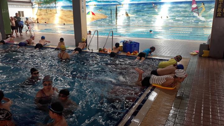 台中市清水警分局辦青春專案青少年游泳營,安排有獎徵答。圖/警方提供