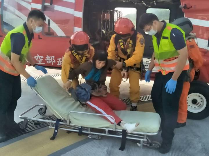 空勤總隊直升機今天飛到山上,救下腳扭傷女登山客。圖/空勤總隊第二大隊第三隊提供