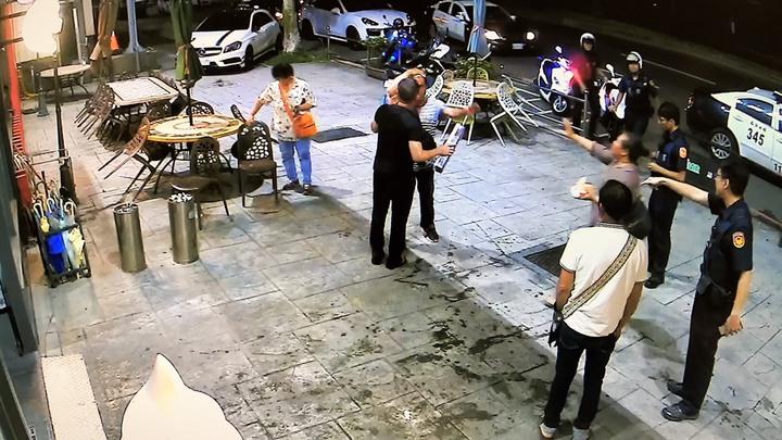 警方獲報趕抵,動粗的年輕人已經離去。記者林昭彰/翻攝