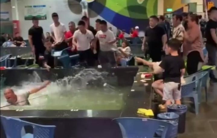 一群年輕人暴打2名中年男子,最後還把人推下水池。圖/翻攝YouTube頻道搬家小唐