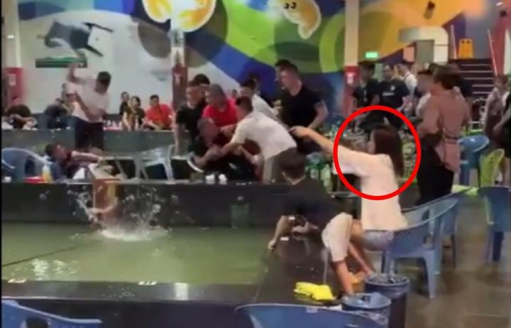 一群人殘暴打架,長髮少婦淡定繼續下竿照常釣蝦。圖/翻攝YouTube頻道搬家小唐