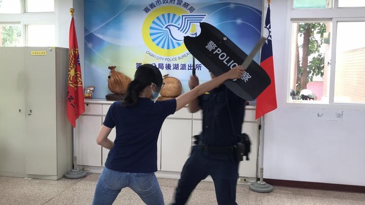 嘉義市後湖派出所警友站為派出所添購戰鬥盾牌,讓警察面臨情緒不穩的民眾或持刀歹徒可免於單以肉身處置。記者姜宜菁/攝影