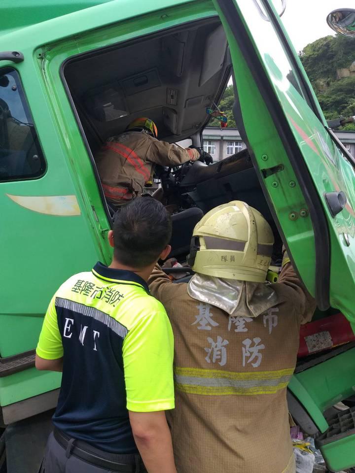 台62甲線快速道路基隆市端出口,今天中午發生貨櫃車追撞車禍,造成嚴重堵塞。後車駕駛受困,消防人員前往救援。記者邱瑞杰/攝影