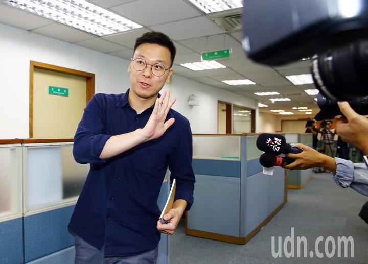 民進黨下午召開中常會,剛接任黨中央副秘書長的林飛帆相當低調,走進會議室時,面對媒體詢問不願受訪。記者杜建重/攝影