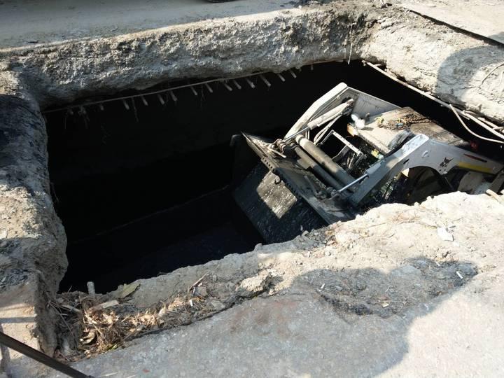 高雄市水利局加強清理鳥松區神農路的箱涵淤泥。記者謝梅芬/攝影