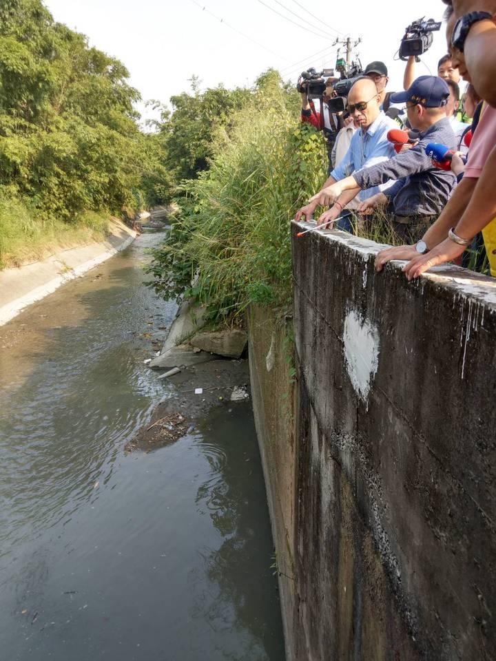 高雄市水利局雙管齊下,除清淤泥外,更想辦法在上游設分流點,把雨水分流,就不會全部湧到箱涵內。記者謝梅芬/攝影