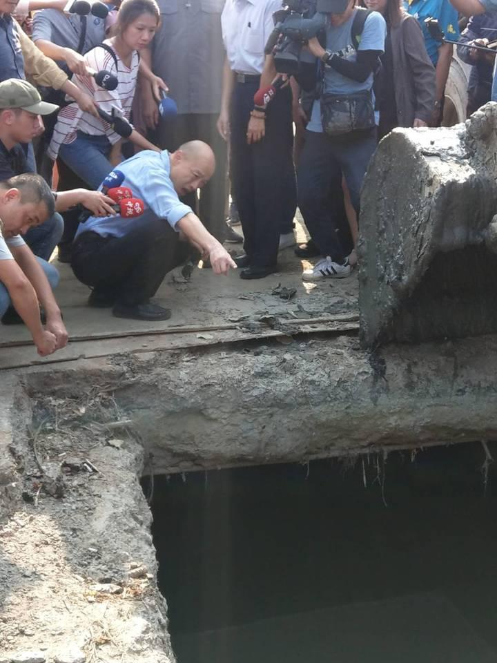 高雄市長韓國瑜看鳥松區神農路的箱涵清淤。記者謝梅芬/攝影