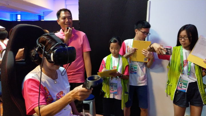 宜蘭童玩節「一級玩家VR館」刺激好玩,每天遊客大爆場,連縣長林姿妙都來親自體驗。 記者戴永華/攝影