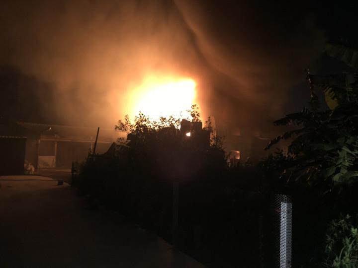 彰化縣福興麥厝街一間貯放油漆的鐵皮倉庫,今天晚間突然起火,熊熊火勢十分駭人。照片/消防局提供