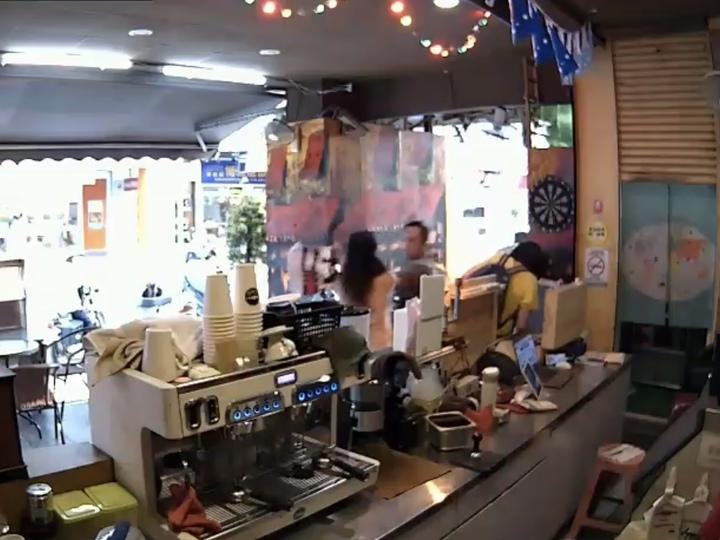 女子隨機持利剪攻擊路人,造成1名女子及店員受傷。記者巫鴻瑋/翻攝