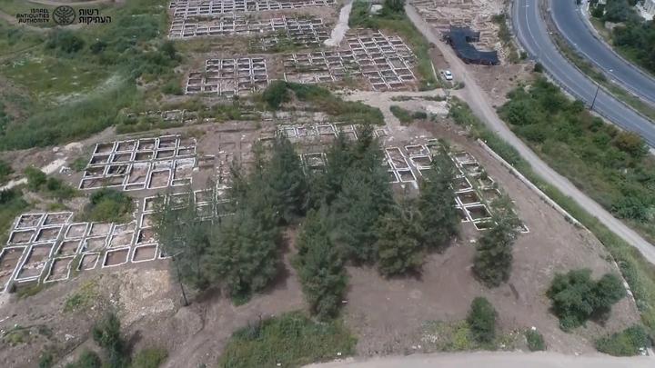 以色列文物局在為新高速公路進行探勘時,意外在漠薩(Motza)地區發現了新石器時代(Neolithic Period)聚落遺址,估計在9000年前有2000到3000人同時居住在此,等同現今的大都市。這是以色列發現的最大的新石器時代遺跡,也是該地區最大的史前遺址之一。擷自Israel Antiquities Authority Official Channel