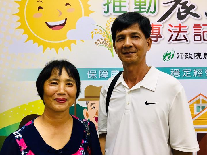 保了全台第一張農業保險保單的梨農劉霖傳(右)及妻子。記者吳姿賢/攝影