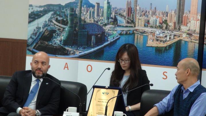 今天上午世界不動產聯盟會長會長Mr.Moussa(左)與聯盟11位成員及家屬15名外賓拜會高雄市長韓國瑜,與韓市長進行城市建築技術交流與探討未來合作行銷高雄的可能性。記者謝梅芬/攝影