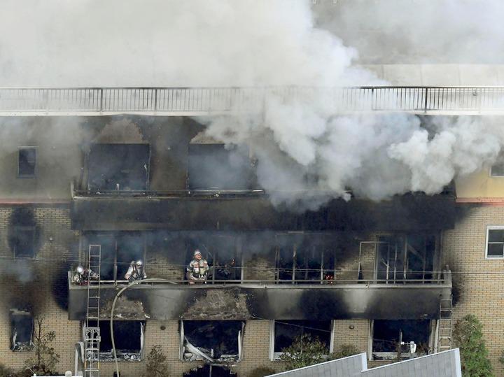 日本動畫製作公司「京都動畫」(京都アニメーション)第一製作所18日遭人縱火,造成33人死亡、35人輕重傷。罹難者多數死於一氧化碳中毒,有多達20人是倒在3樓通往屋頂的樓梯間。美聯社