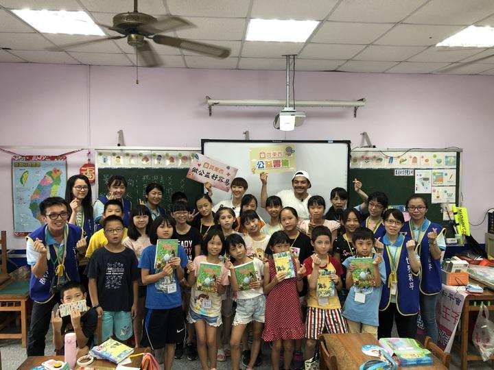 藝人gigi林如琦、史丹利和桃園偏鄉大坡國小學童一起參加世界和平會舉辦的閱讀寫作營,呼籲各界幫助「一點都不遠」的偏鄉貧弱兒童學習。圖/udn買東西提供