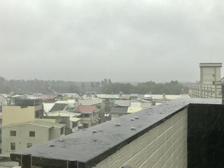 南台灣屏東地區下午3、4點間,開始降下大雨並伴隨陣閃電雷鳴。記者江國豪/攝影