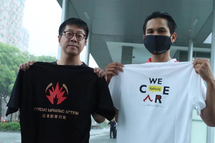 「Wecare高雄」發起人尹立(左)與公民割草發言人李先生(右),展示募資回饋品項T恤。記者徐如宜/攝影