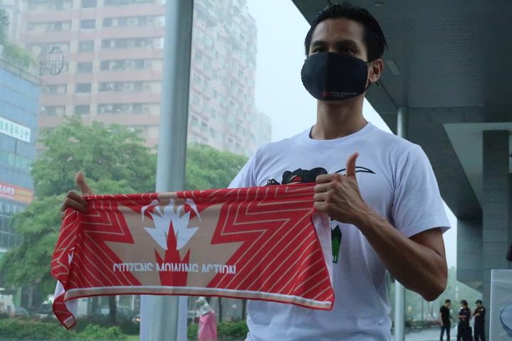 公民割草發言人李先生秀出T恤、口罩、毛巾等募資物品,供大家選擇。
