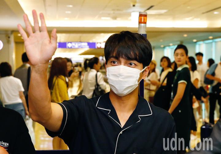 韓國「國民歐巴」李昇基傍晚抵台,李昇基雖然帶著口罩,但還是親切地跟媒體與粉絲揮手致意。記者鄭超文/攝影