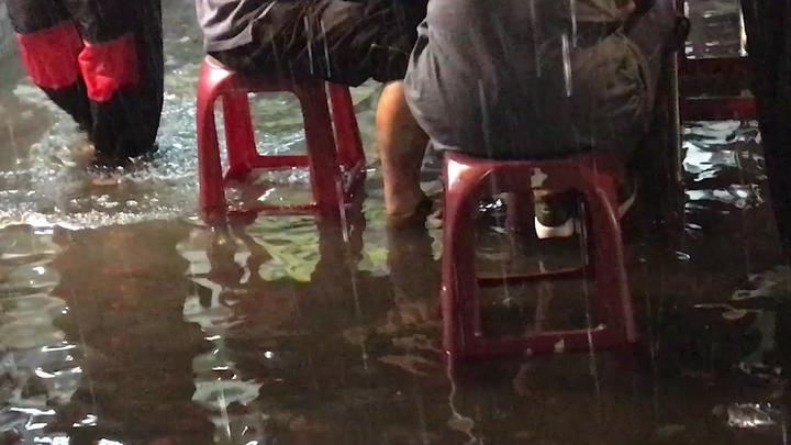 雲林縣北港鎮美食區因一場暴雨積水盈尺,民眾只能泡水用餐。記者蔡維斌/攝影