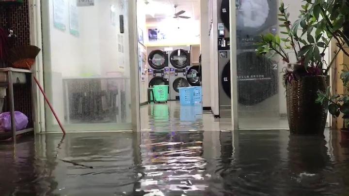 無人洗衣店的機器不停洗衣,地面卻已淹水,有人打趣說,這樣洗衣怎能洗得乾?記者蔡維斌/攝影