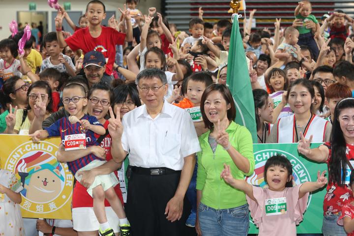 台北市長柯文哲上午出席社會局主辦獺獺盃團圓派對暨親子館聯合運動會,與參加的民眾家長、小朋友,熱烈互動合影。記者林俊良/攝影