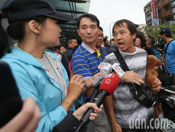 高雄市長韓國瑜今天下午臨時安排行程,到苓雅區一棟大樓察看地下室淹水情況,民眾抗議治水不力。記者劉學聖/攝影