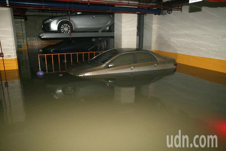 高市苓雅區一棟大樓這次淹水災情中地下室全部泡湯,幾十部車輛全成泡水車。記者劉學聖/攝影