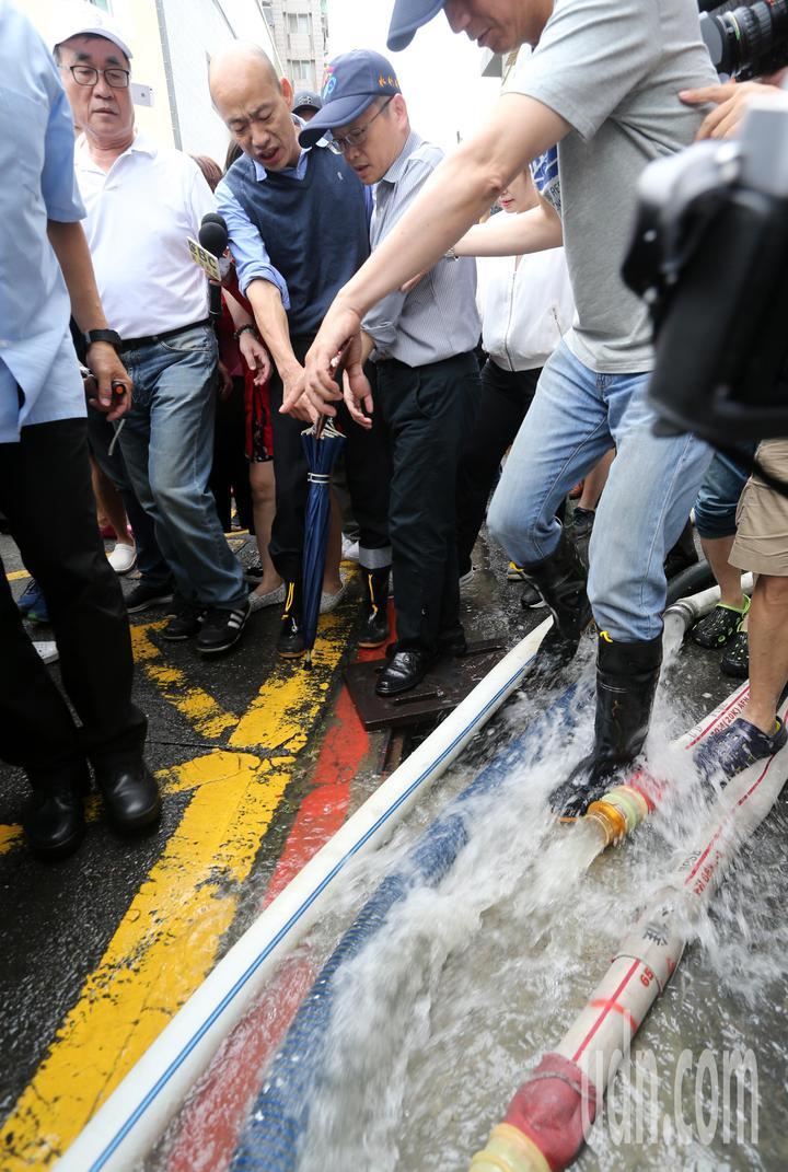 高雄市長韓國瑜今天下午臨時安排行程,到苓雅區一棟大樓察看地下室淹水情況。記者劉學聖/攝影