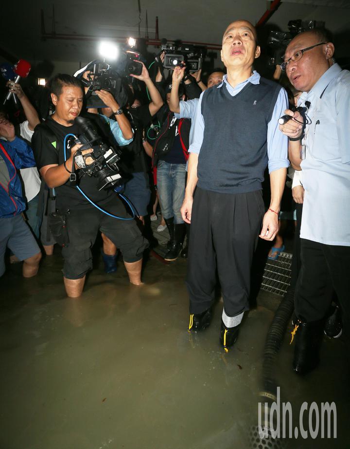 高雄市長韓國瑜今天下午臨時安排行程,到苓雅區一棟大樓視察地下室淹水情況,他還親自涉水察看。記者劉學聖/攝影