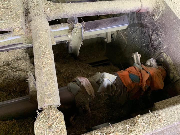 嘉義縣六腳鄉魚寮村一間飼養乳牛牧場,下午發生71歲洪姓老翁員工,操作牧草粉碎機時,不慎掉入粉碎機攪成肉醬慘劇。圖/消防局提供