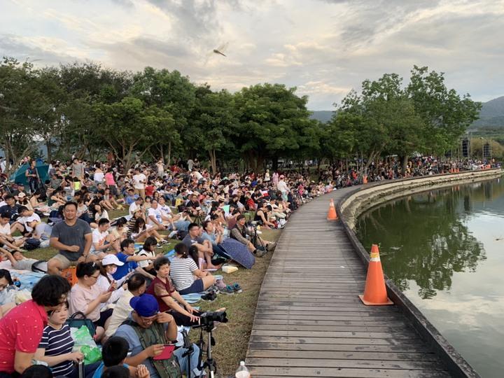 2019台灣熱氣球嘉年華第四場光雕音樂會,今天(20日)晚上7時,在池上大坡池舉辦,湖面上倒影著熱氣球,畫面優美動人, 吸引逾3.6萬人參與,塞爆大坡池畔。記者羅紹平/翻攝