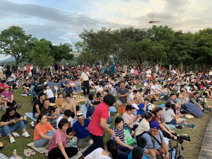 2019台灣熱氣球嘉年華第四場光雕音樂會,今天(20日)晚上7時,在池上大坡池舉辦,湖面上倒影著熱氣球,畫面優美動人,吸引逾3.6萬人參與,塞爆大坡池畔。記者羅紹平/翻攝
