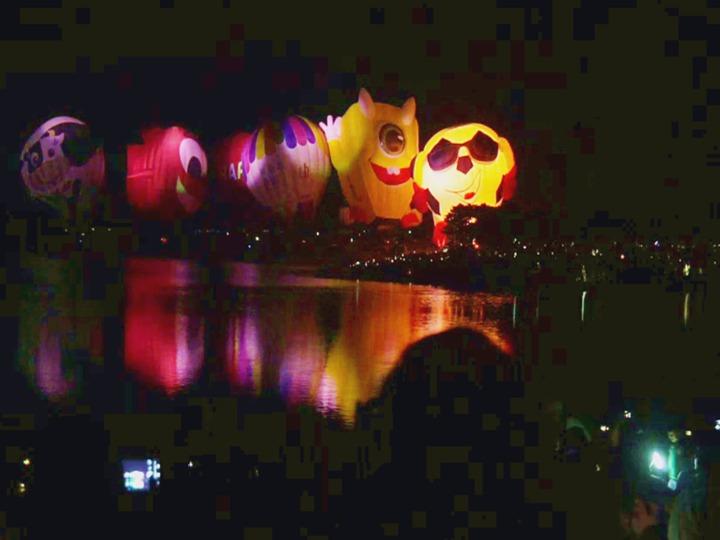 2019台灣熱氣球嘉年華第四場光雕音樂會,今天(20日)晚上7時,在池上大坡池舉辦,湖面上倒影著熱氣球,畫面優美動人, 吸引逾3.6萬人參與。記者羅紹平/翻攝