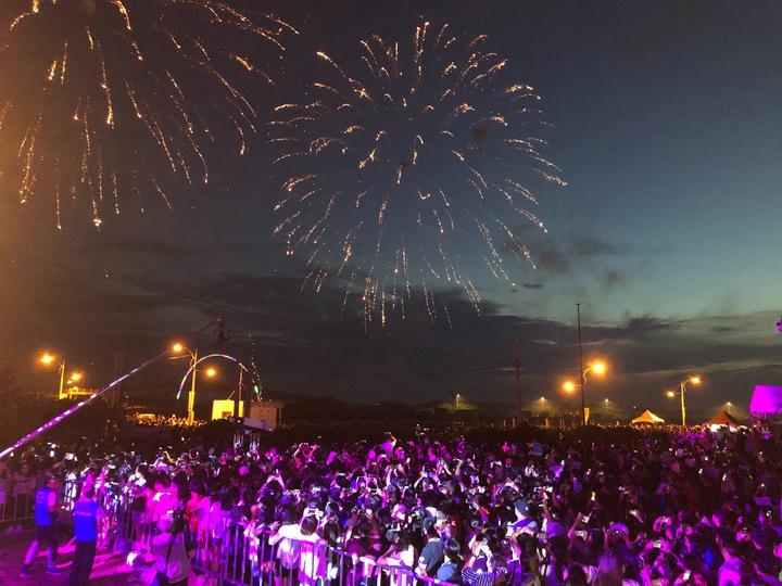 彰化縣王功漁火節今天熱鬧登場,晚上的海洋音樂會和煙火秀吸引數萬名民眾參加。記者何烱榮/攝影