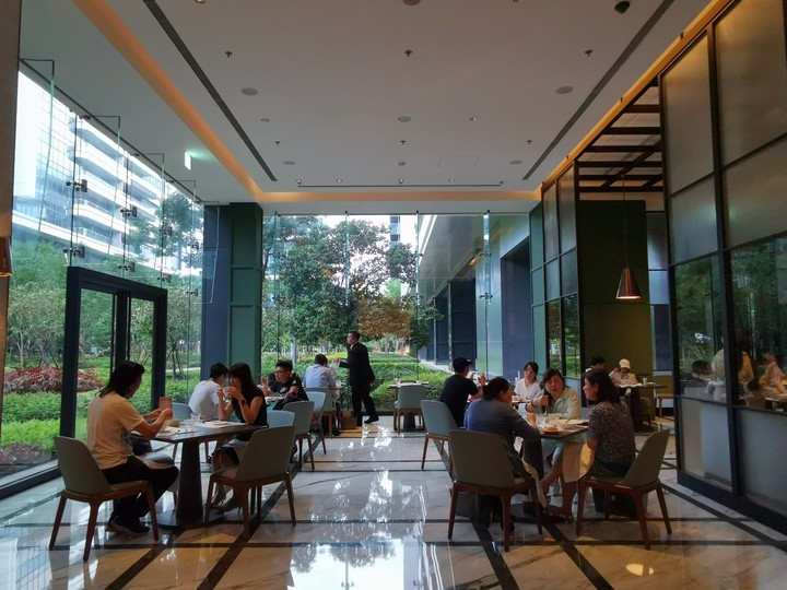 台北萬豪酒店Garden Kitchen餐廳採挑高的落地窗設計,展延空間高度視覺比例,戶外是綠意盎然的庭園,良好的採光與窗外碧草如茵的景色,創造極佳的用餐環境。記者韓化宇/攝影